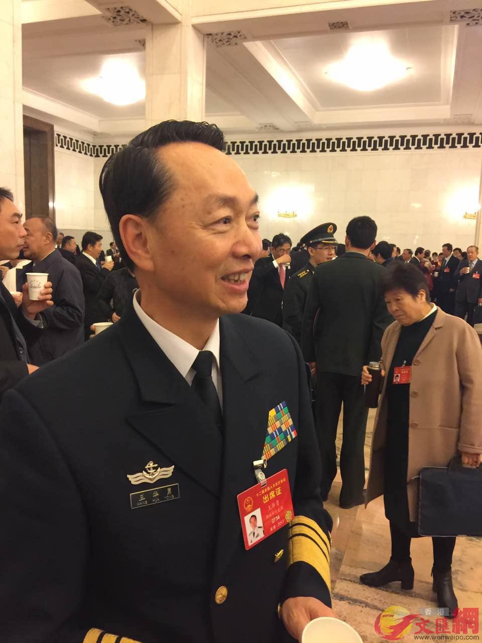 :全國人大代表、東部戰區海軍政委王華勇中將。葛沖攝。