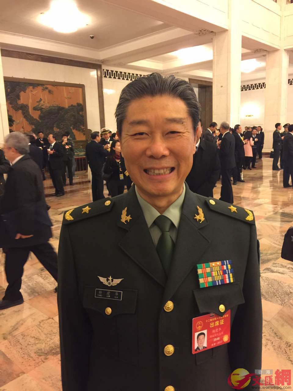 全國人大代表、原南京軍區聯勤部部長楊建華少將。葛沖攝。