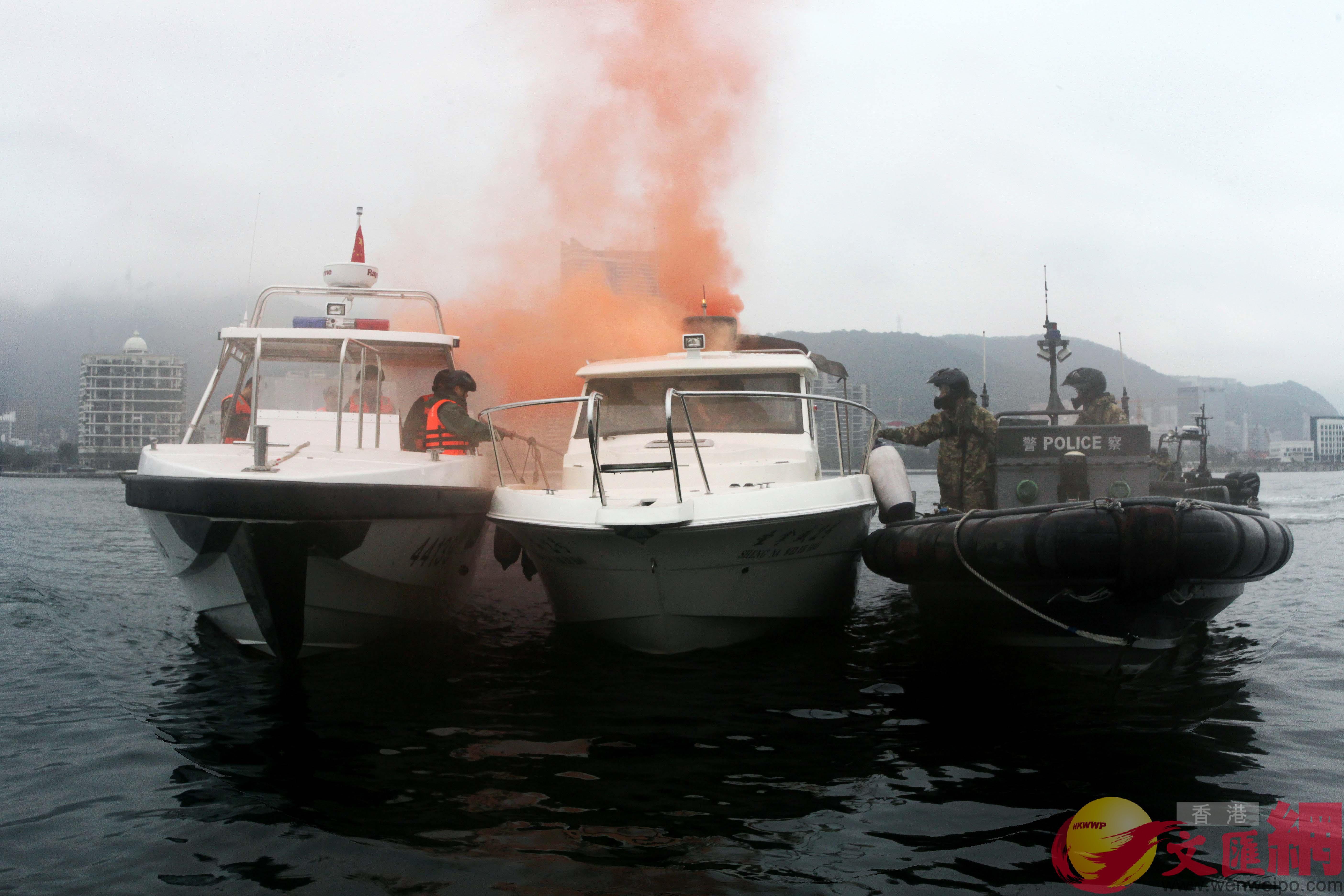 演习中,深港警方联合截停目标船只广东边防提供图片