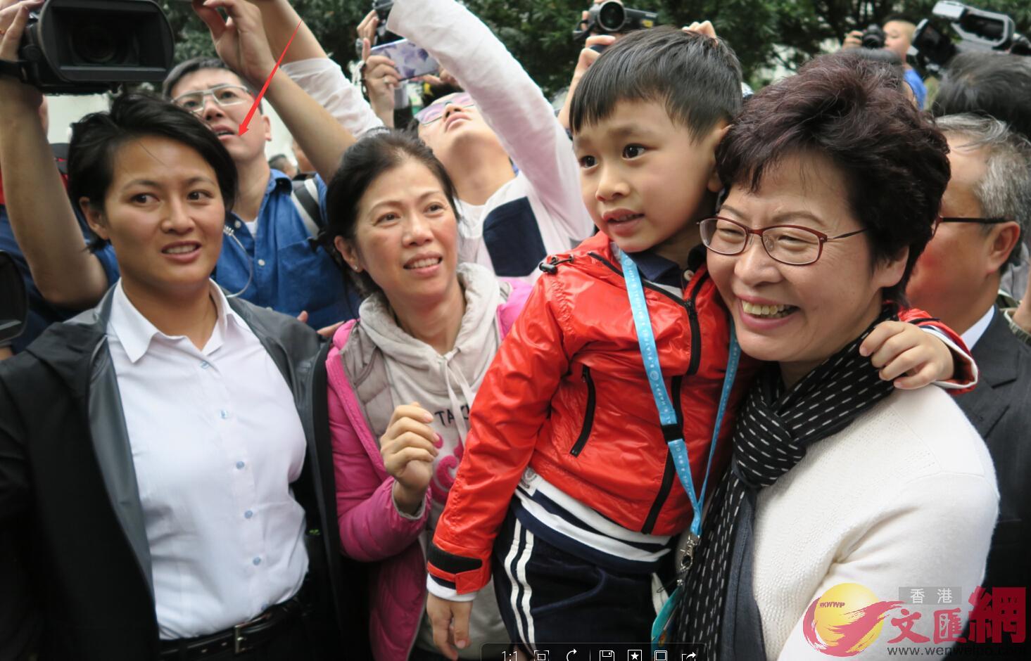 林鄭月娥前日在行政長官選舉中高票大勝,將成為香港首位女特首。尋日馬不停蹄落區見市民。