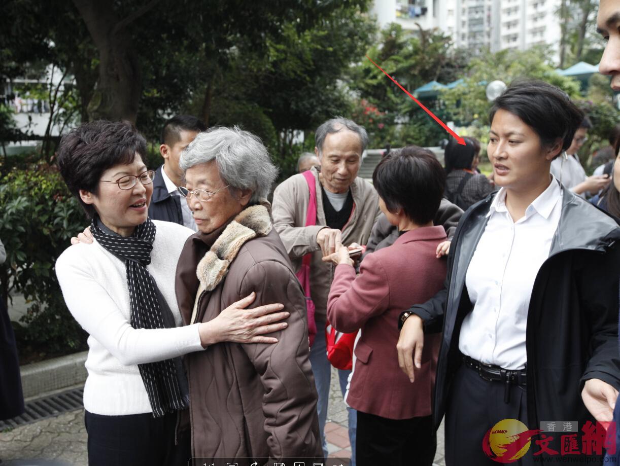 林鄭月娥前日在行政長官選舉中高票大勝,將成為香港首位女特首。尋日馬不停蹄落區見市民.