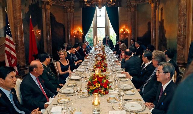 特朗普與夫人梅拉尼婭為習近平和夫人彭麗媛舉行歡迎晚宴,一同出席的還有特朗普的女兒伊萬卡和三名外孫。