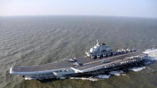 圖為各型艦載機在遼寧艦甲板列陣