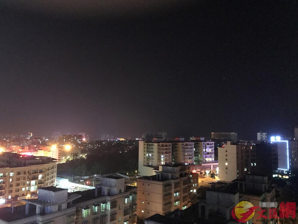 海边的航天小城文昌夜景,城市中充满著天舟一号发射前的热烈气氛.