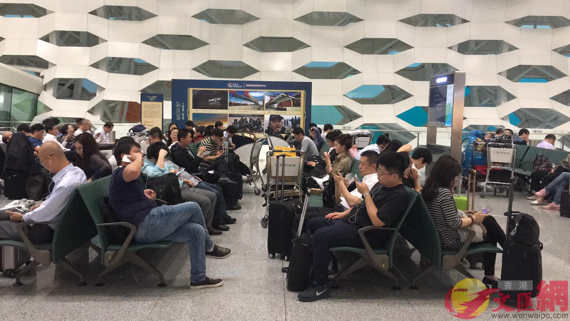 候機樓等滿了等待登機的旅客記者郭若溪攝