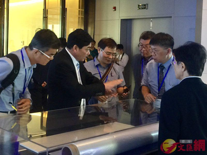 與會者在碳谷科技參觀考察