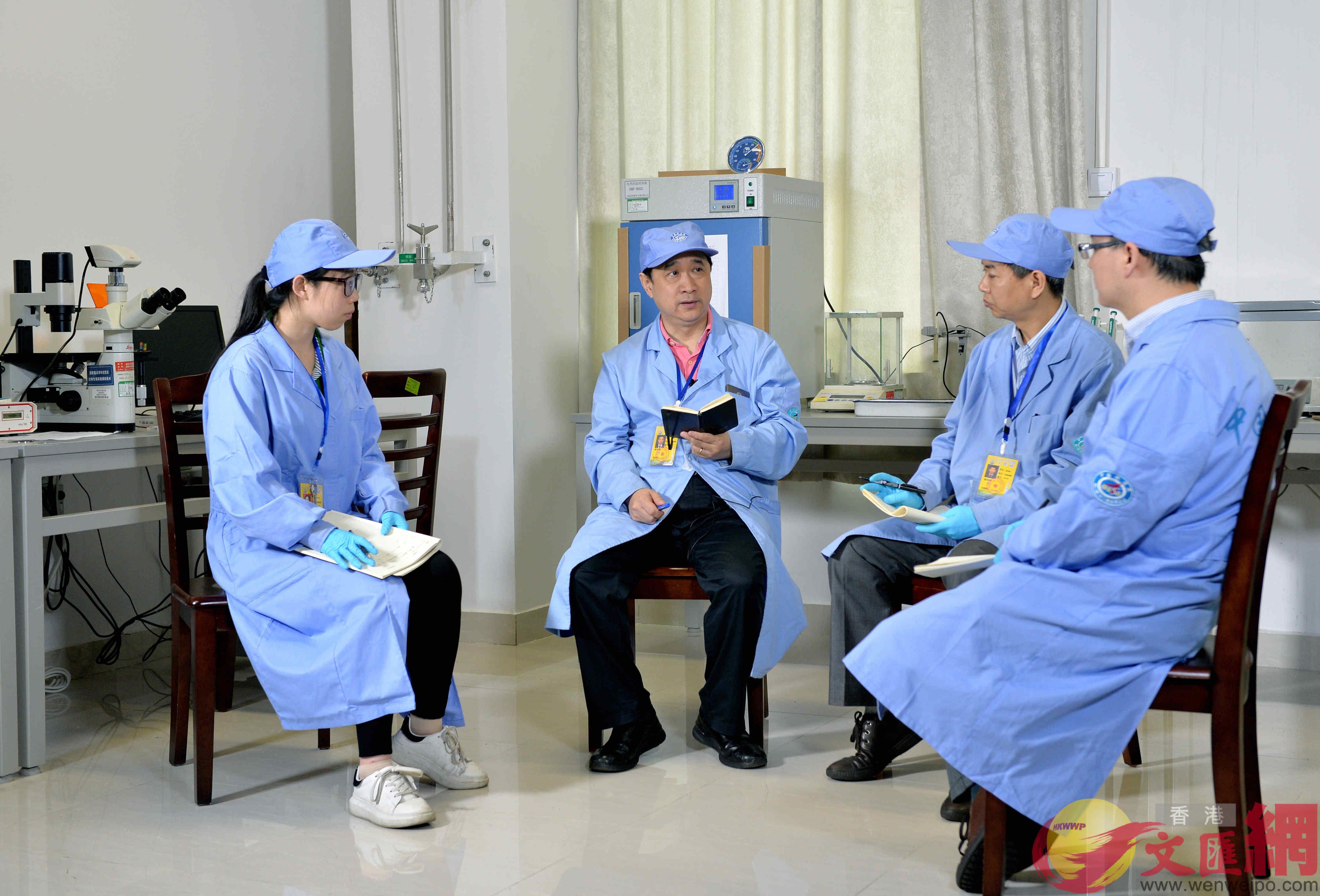 西工大科研人員在實驗空隙進行討論。(西工大供圖)