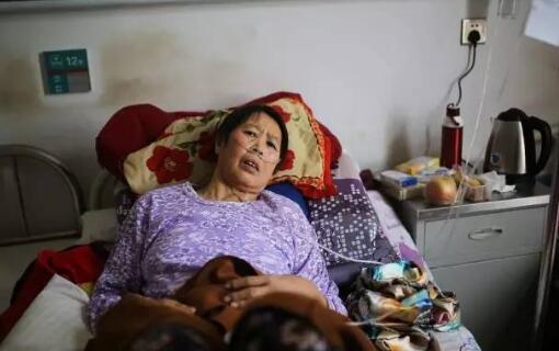 當地村民近年癌症多發,一位肺癌患者在住院治療