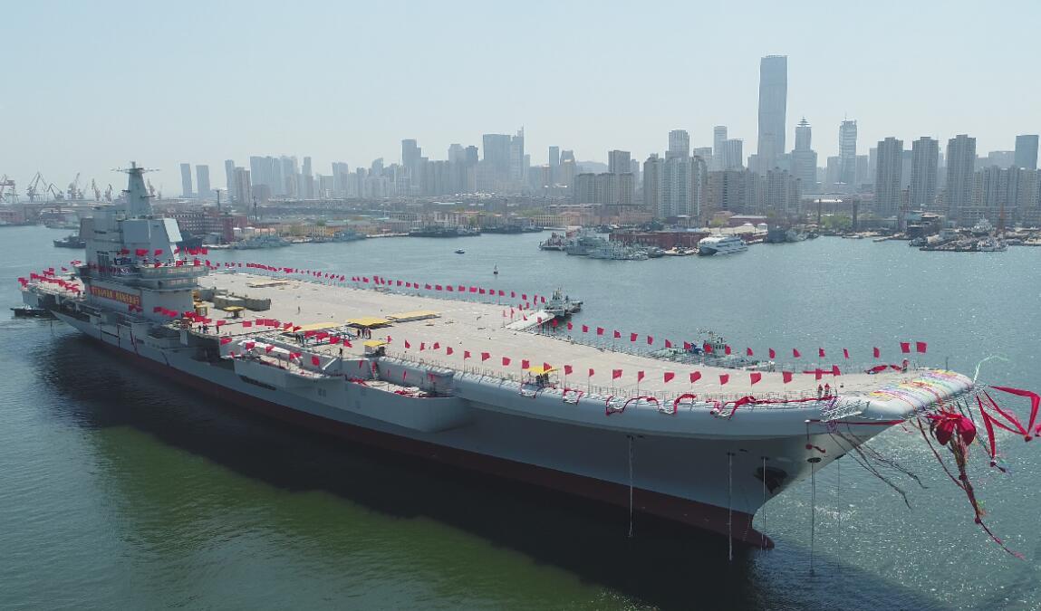 4月26日,航空母艦在拖曳牽引下緩緩移出船塢,停靠碼頭(新華社)