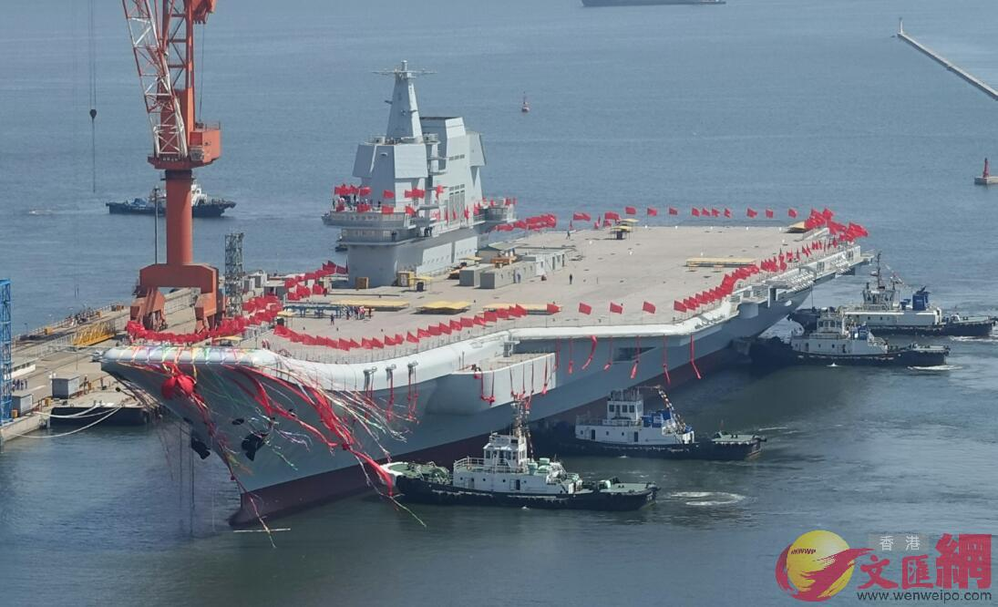 4月26日10:40,四艘拖輪齊發力拖動航母(大公文匯全媒體記者宋偉攝)