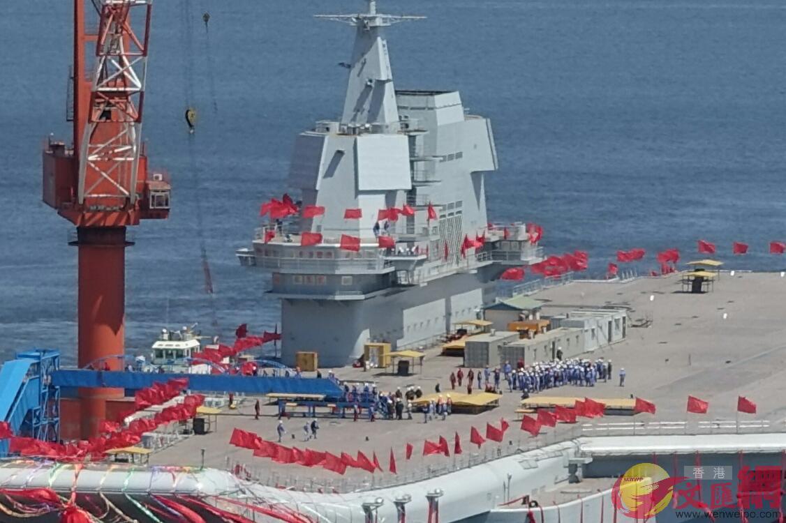 4月26日11:50,航母甲板上的工人開始集結(大公文匯全媒體記者宋偉攝)