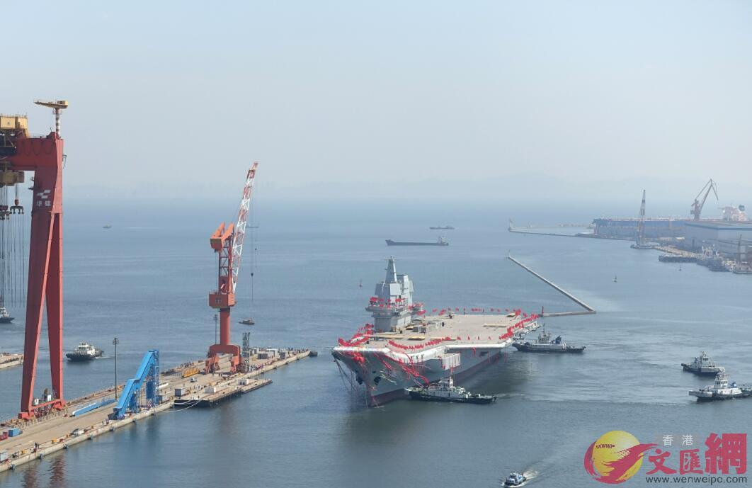 4月26日10:30,航母擺正位置,向泊位靠近(大公文匯全媒體記者宋偉攝)
