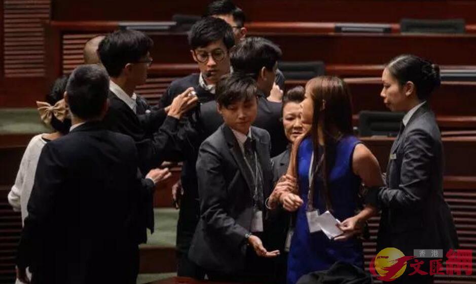 2016年11月2日,梁頌恆、游蕙禎強行闖入香港立法會會議廳(資料圖片)