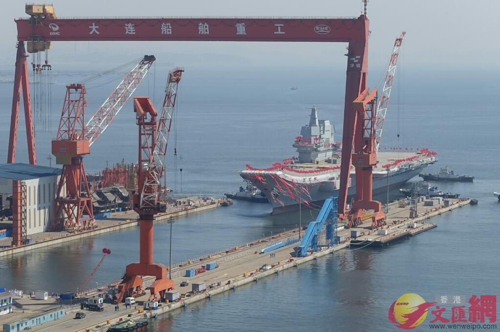 4月26日10:00,航母已基本被拖離船塢(大公文匯全媒體記者宋偉攝)