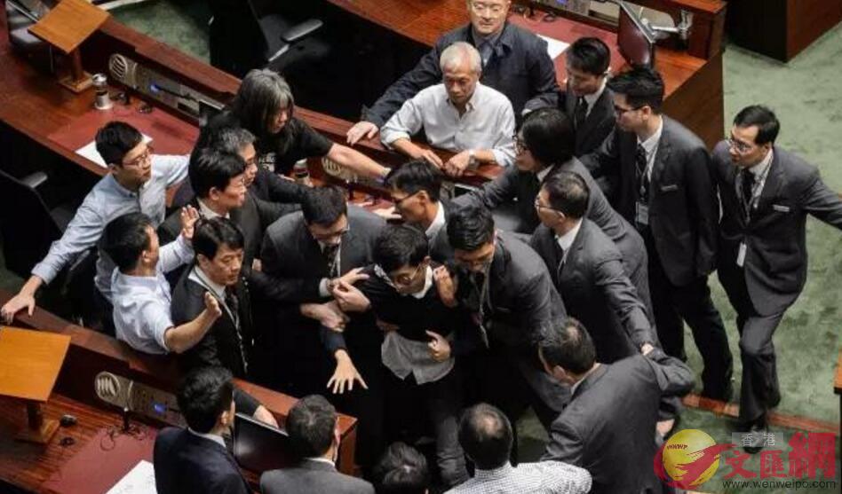 2016年11月2日,立法會工作人員阻止強行闖入會議廳的梁頌恆(資料圖片)