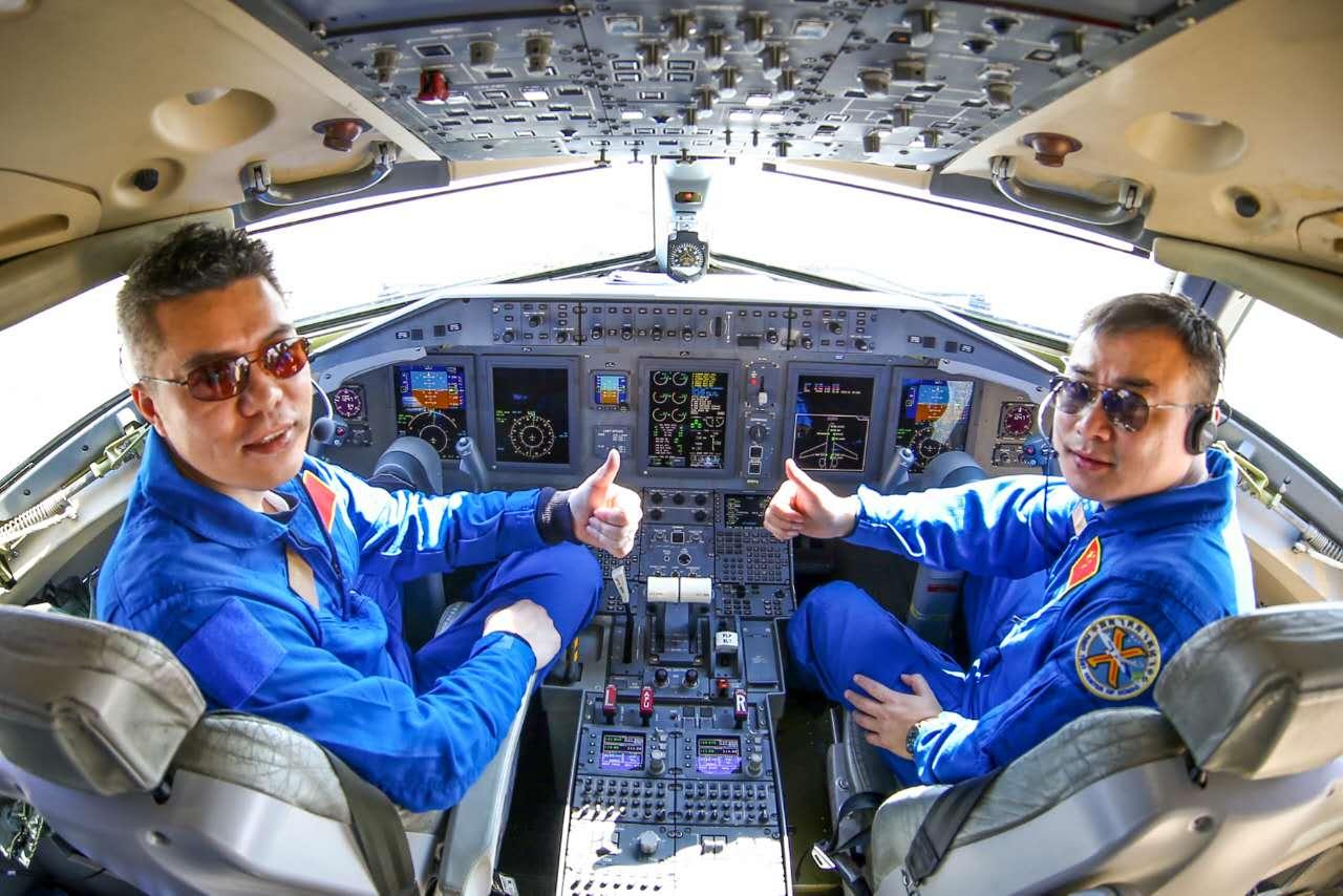 機長蔡俊(左)與副駕駛在駕駛艙豎起大拇指
