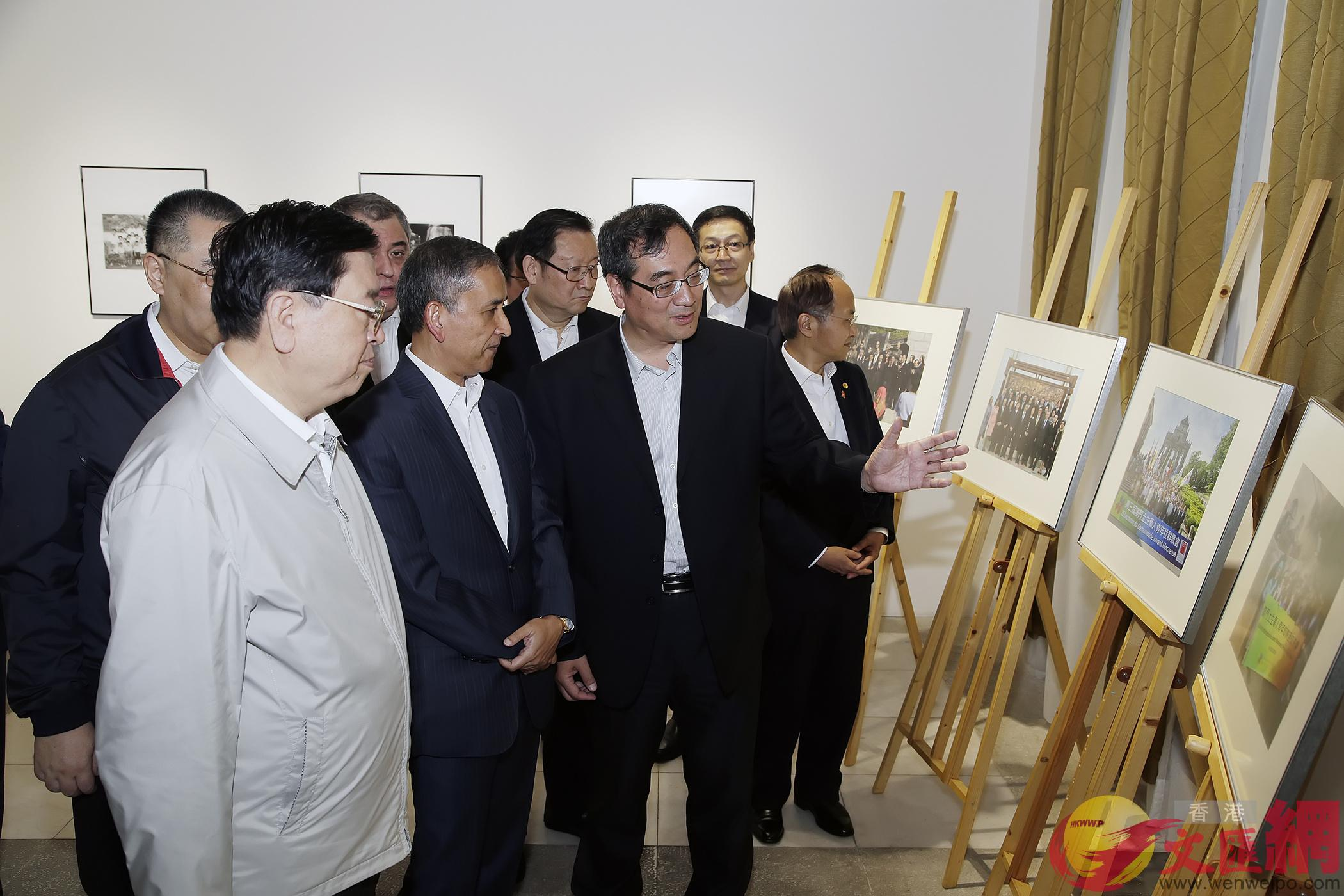 張德江參觀澳門土生葡人圖片展(澳門新聞局)