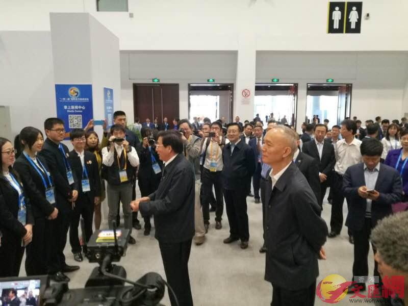 郭金龍與蔡奇視察峰會論壇現場。