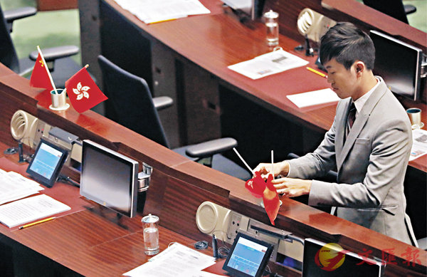 ■鄭松泰去年在立法會內把建制派議員座位上的國旗和區旗倒轉,被警方起訴「侮辱國旗」及「侮辱區旗」兩項罪名。