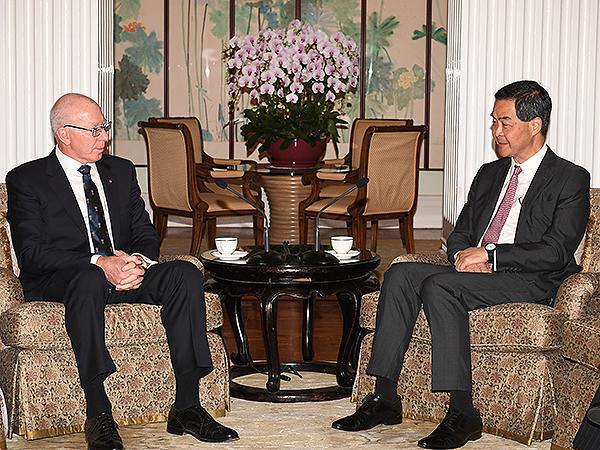 行政長官梁振英(右)在禮賓府與澳洲新南威爾斯州總督赫利會面,就共同關心的課題交換意見。