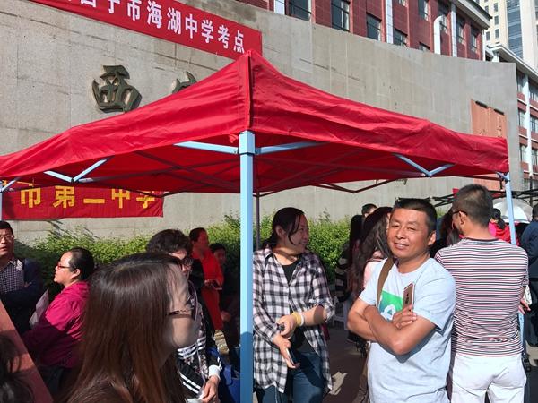 青海省西宁市海湖中学高考考点门口,学校搭起了几个遮阳篷,供在考场外