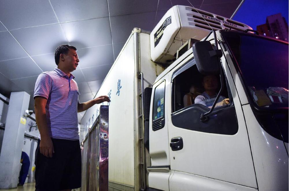 在深圳文錦渡口岸,內地司機與香港司機交接