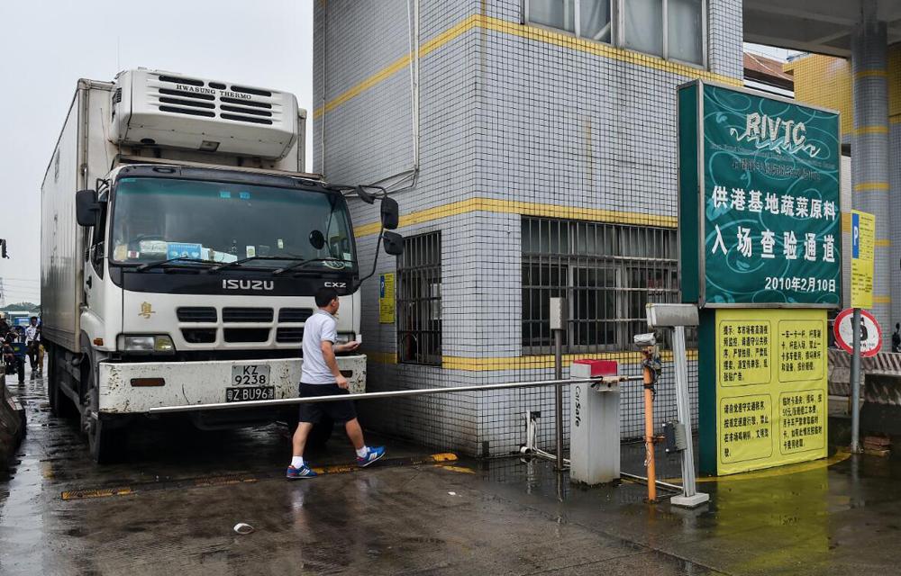 在東莞市國際蔬菜交易中心門口,司機準備出發前往香港