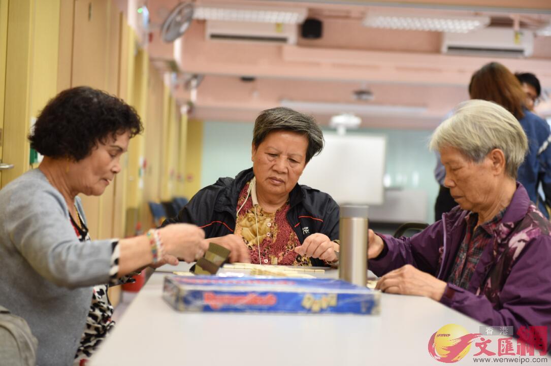 天水圍的老年居民在社區活動中心打牌
