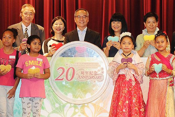 劉江華(中)主持香港特區成立20周年少數族裔人士慶祝活動啟動典禮。