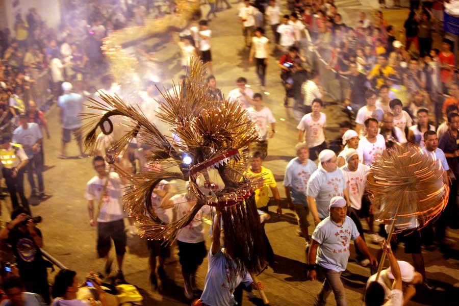 香港傳統慶祝活動舞火龍(資料圖片)