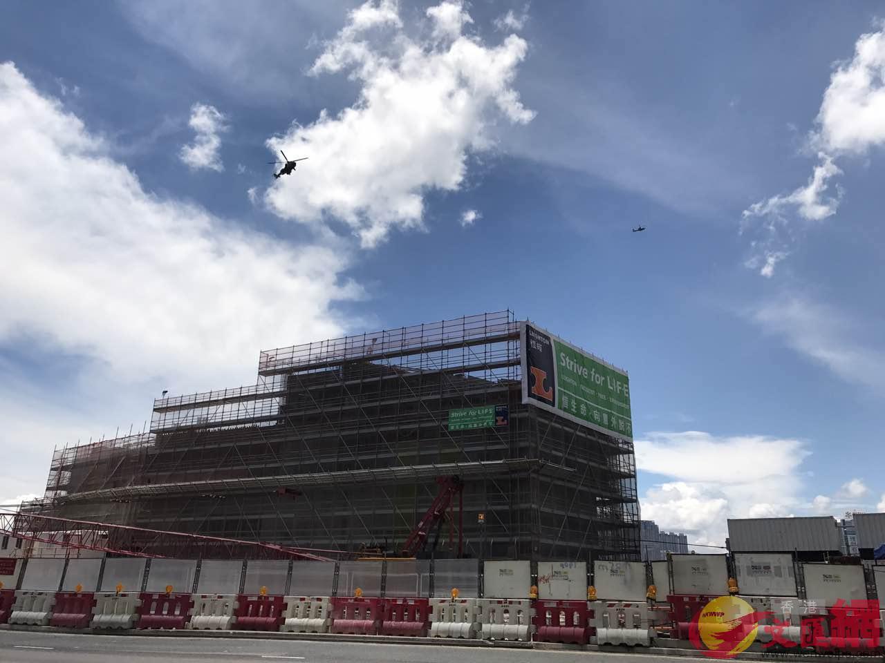 香港政府飛行服務隊兩架直升機在車隊上空盤旋(大公文匯全媒體記者陳卓康攝)