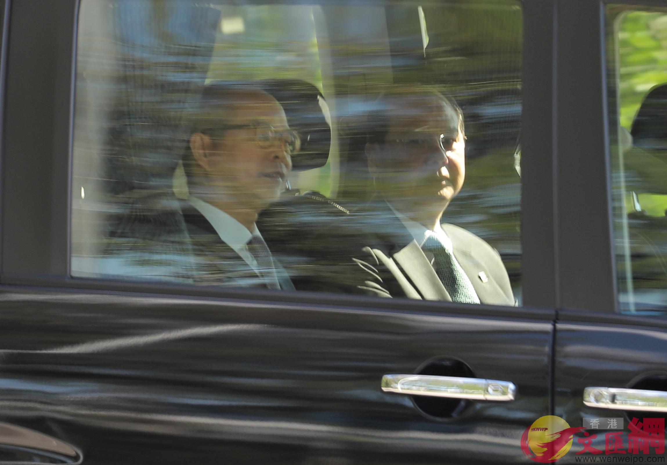 香港政務司司長張建宗(右)、民政事務局局長劉江華(左)提前抵達西九文化區(大公文匯全媒體記者麥鈞傑攝)