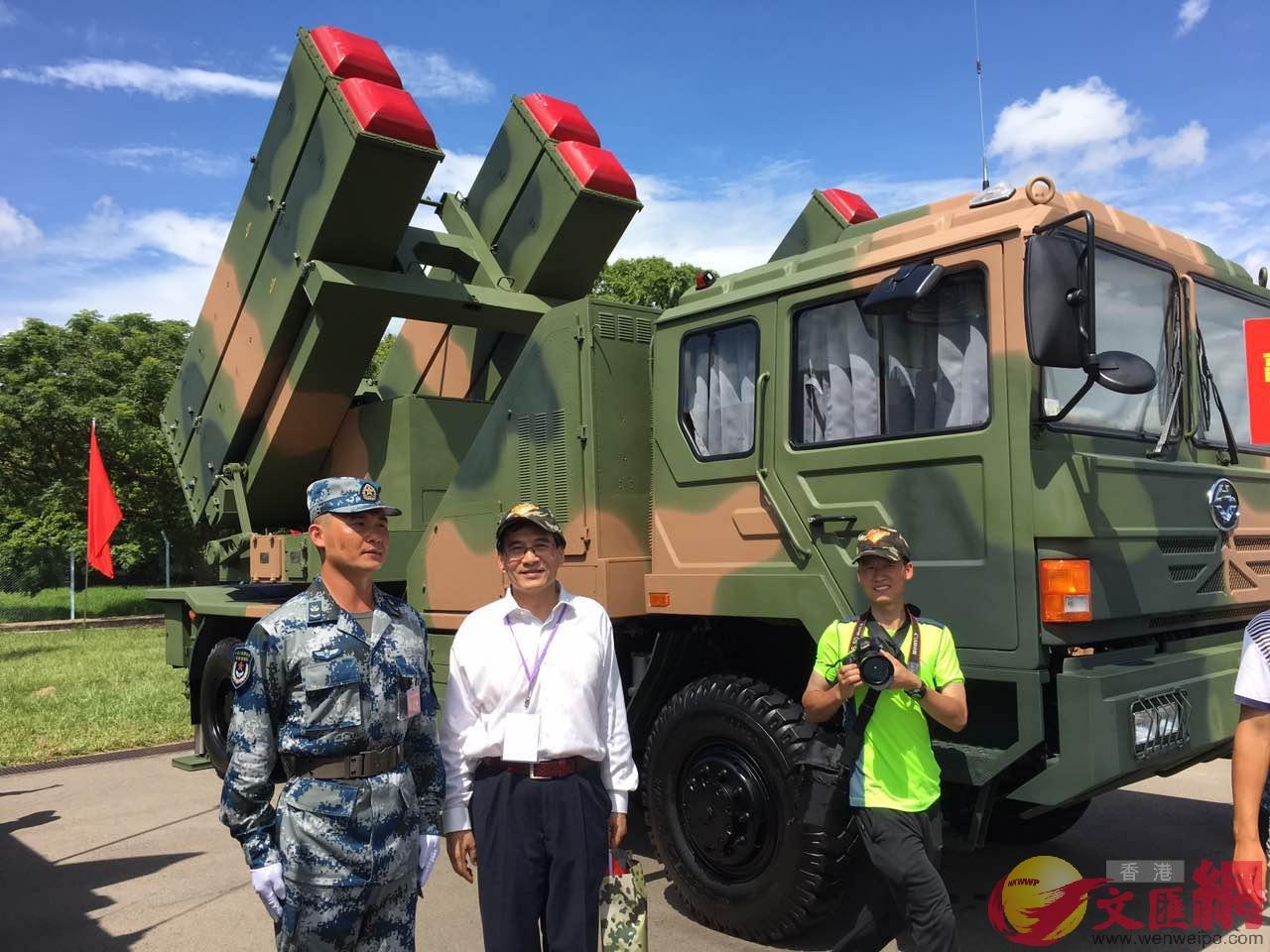 駐港部隊最新導彈牽引車和軍人(林際平提供)