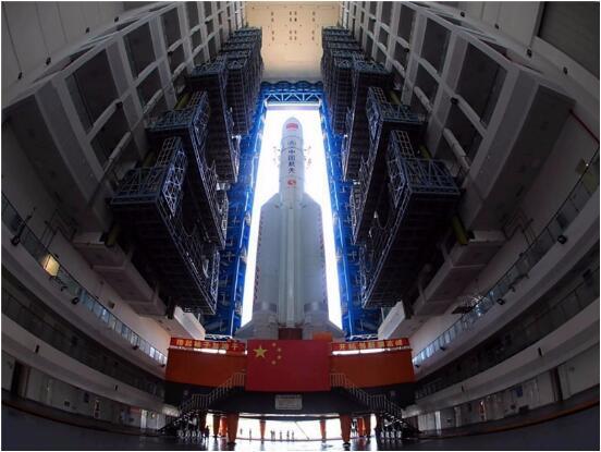△6月26日,長征五號遙二火箭完成垂直轉運/圖自新華社