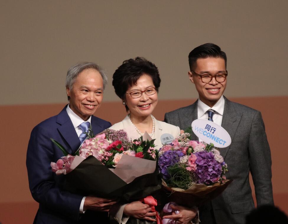 3月26日,林鄭月娥當選為香港特區第五任行政長官,成為特區第一位女特首。圖為林鄭月娥與丈夫和兒子慶祝成功當選。