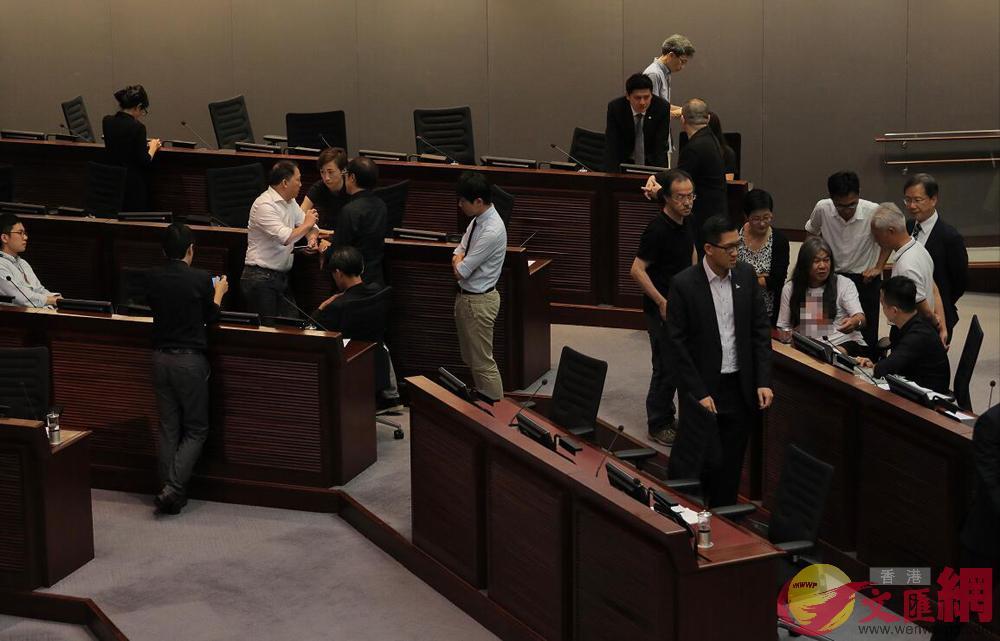 羅梁劉姚4人失去議席仍拒絕離開立法會會議廳(記者麥鈞傑攝)