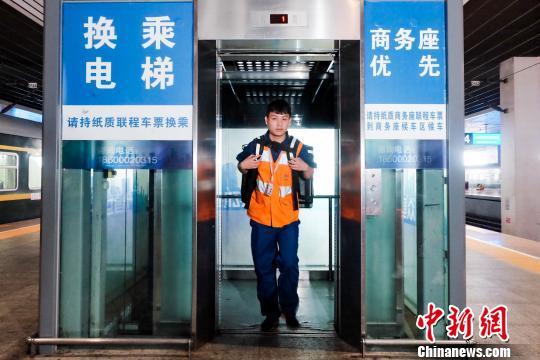 配餐人員乘坐電梯從候車層將餐食送到站台層。