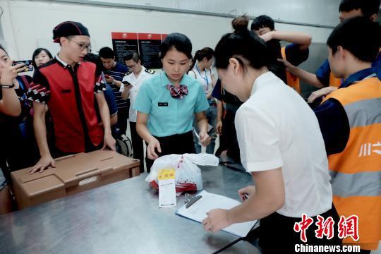 中午11時許,加盟門店肯德基商戶將旅客訂單的套餐送到配餐中心轉箱交接。