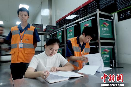 配餐中心工作人員對17日的訂餐訂單進行登記。