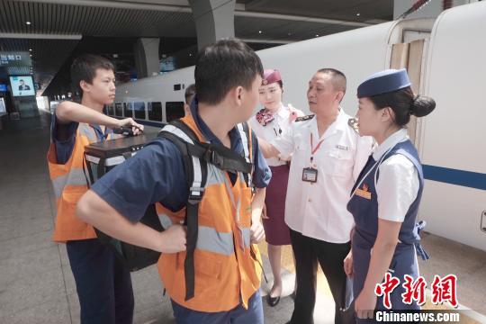 食衛監督人員對整個配送餐流程進行全程監督。