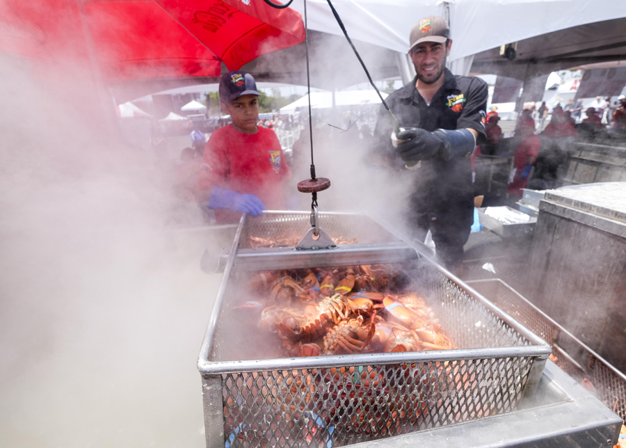 廚師準備龍蝦大餐。