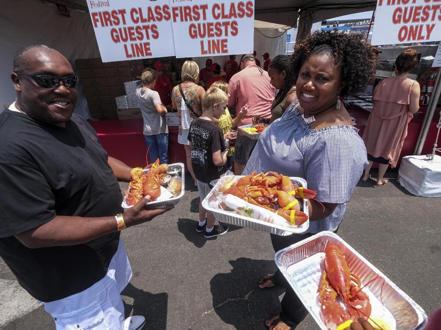 美國民眾享受龍蝦餐。