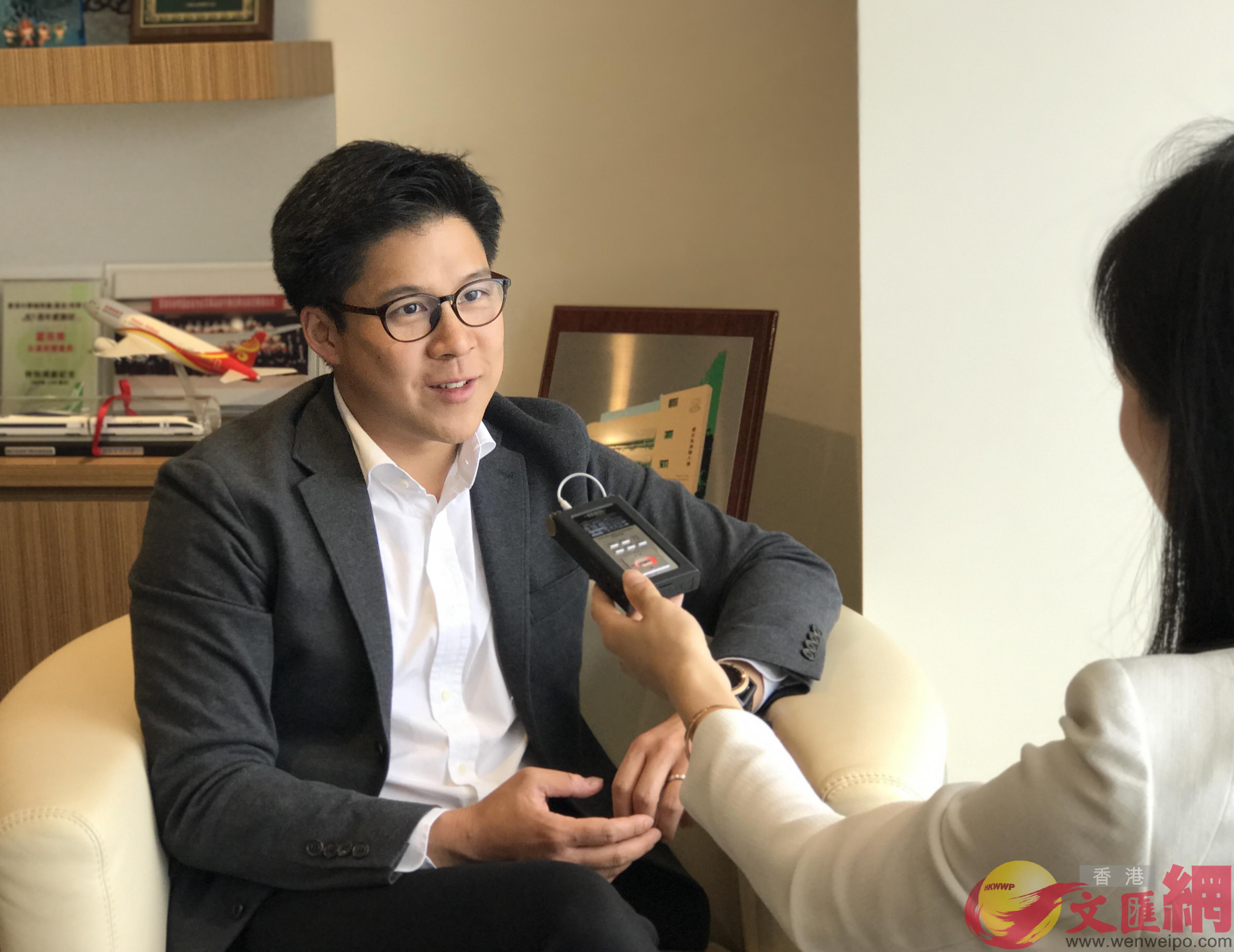 北京新闻广播记者采访霍启刚.