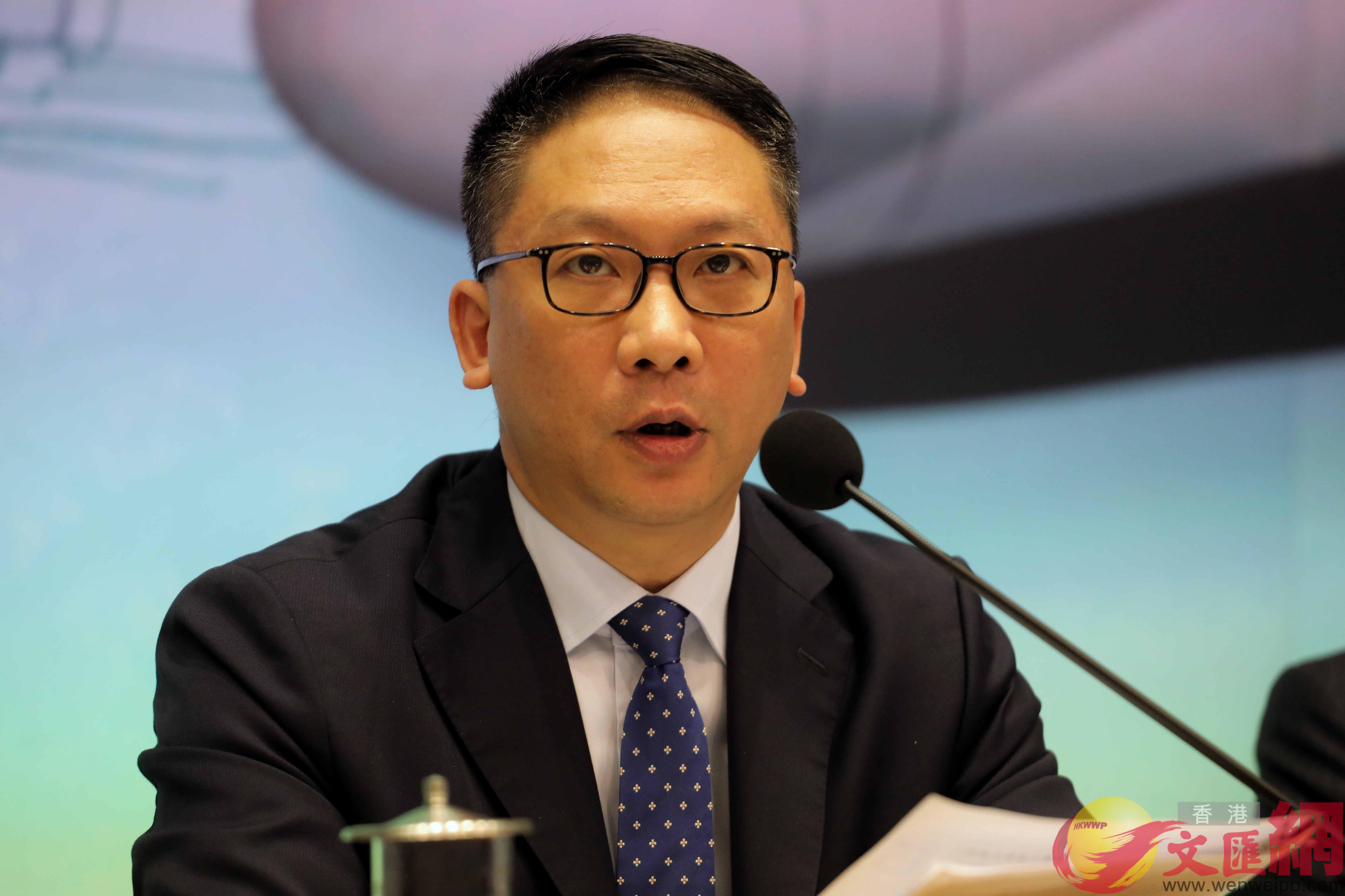 律政司司長袁國強表示,特區政府建議採用「三步走」方式實施「一地兩檢」