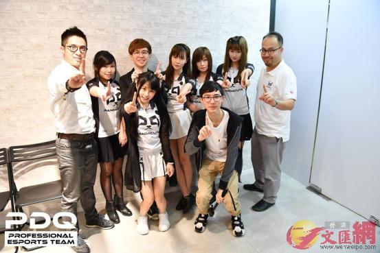 環球電競首席執行官文健鋒(左一)、PandaCute隊員及教練與運營團隊 (受訪者供圖)
