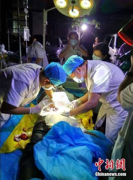 邛崍中醫院援藏醫生在九寨溝縣中藏醫院開展救援治療,醫生們在醫院大門外的壩子頭搭起臨時手術台,搶救傷者。
