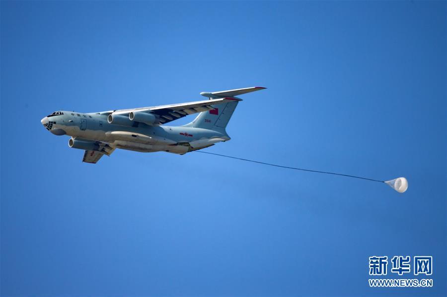 8月4日,中國空軍伊爾-76戰機在「航空飛鏢」靶場開放日進行重裝空投。