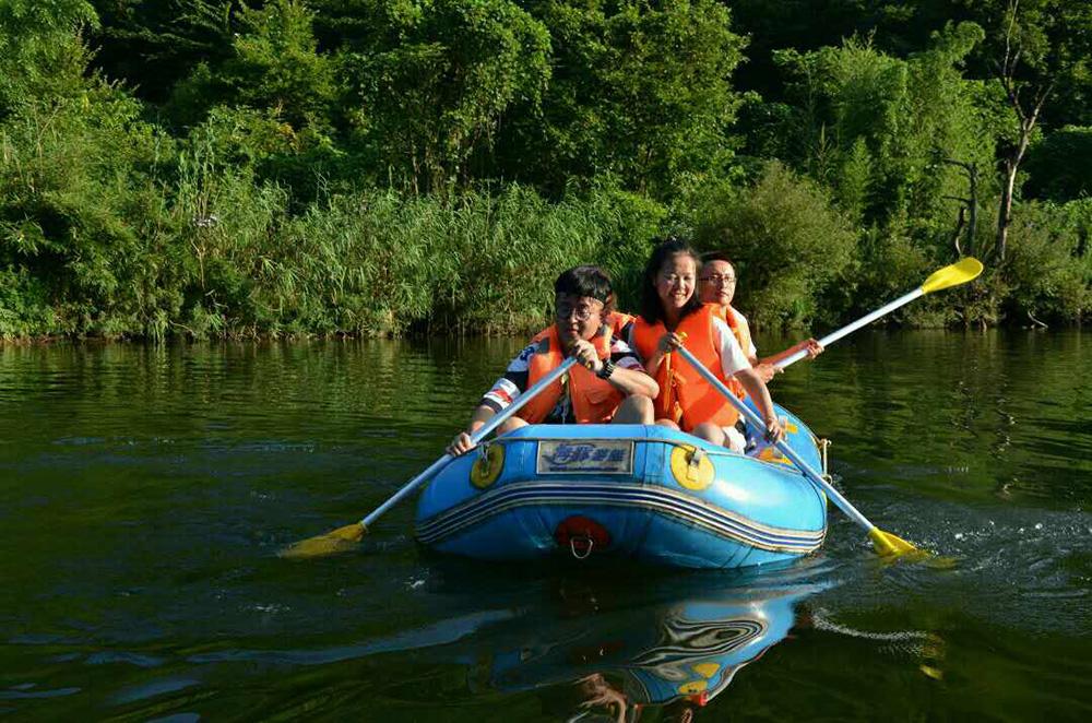 圖:學子在康縣陽壩風景區的天鵝湖新村上划船/大公報實習記者郭芷萱攝