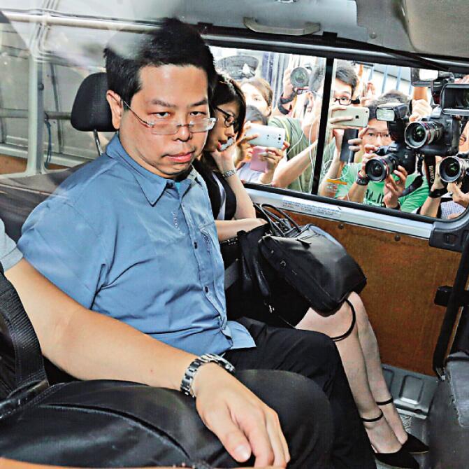 圖:林子健被反鎖手銬押往紅磡警署調查(大公報記者黃俊華攝)