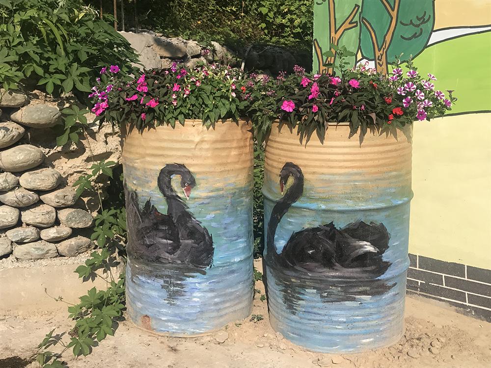 圖:廢棄的油桶上極具特色的塗鴉(大公報實習記者顧婷婷攝)